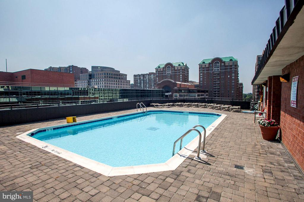 ROOFTOP POOL - GORGEOUS VIEWS OF ARLINGTON and DC! - 1001 VERMONT ST N #710, ARLINGTON