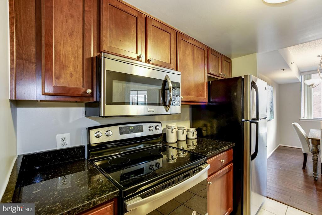 KITCHEN - BRAND NEW STAINLESS STEEL OVEN/STOVE! - 1001 VERMONT ST N #710, ARLINGTON