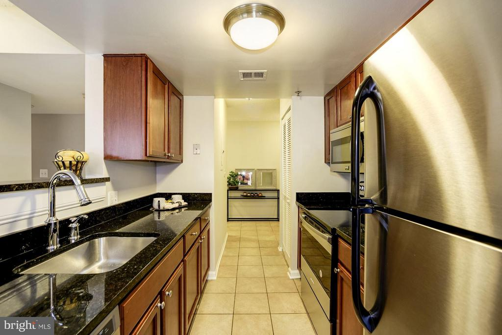 KITCHEN - LGE, SPACIOUS, LOTS OF COUNTER TOP SPACE - 1001 VERMONT ST N #710, ARLINGTON