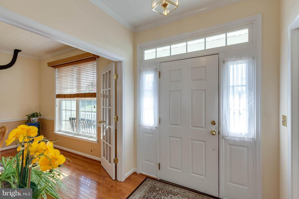 LIGHT BRIGHT ENTRYWAY - 2630 INWOOD DR, ADAMSTOWN