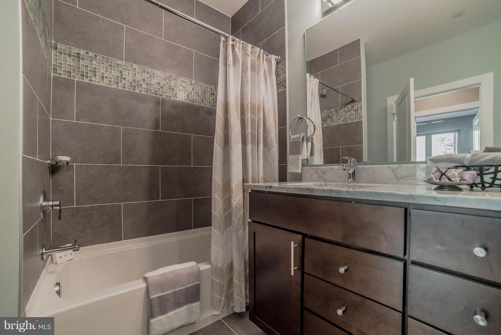 Hall bath - 36942 WALNUT PARK LN, PURCELLVILLE