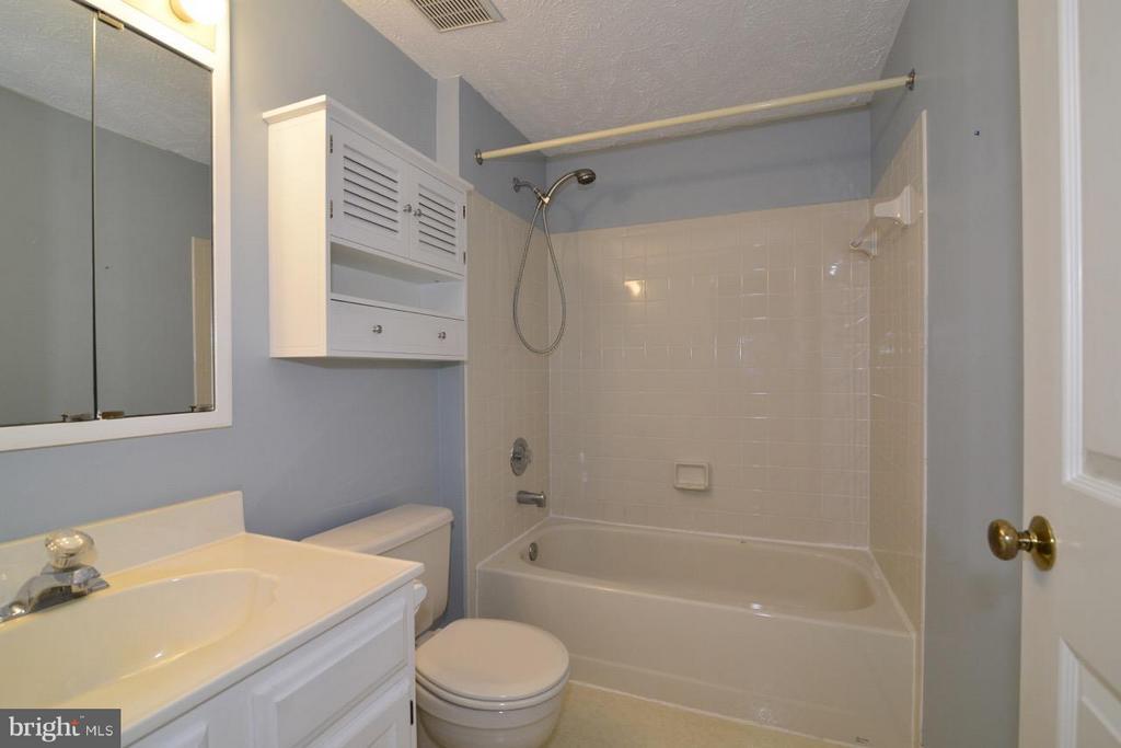 Hall Full Bath - 1478 AUTUMN RIDGE CIR, RESTON