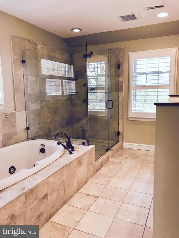 Whirlpool bath. Double sinks. Great natural light! - 50 FENWICK ST N, ARLINGTON