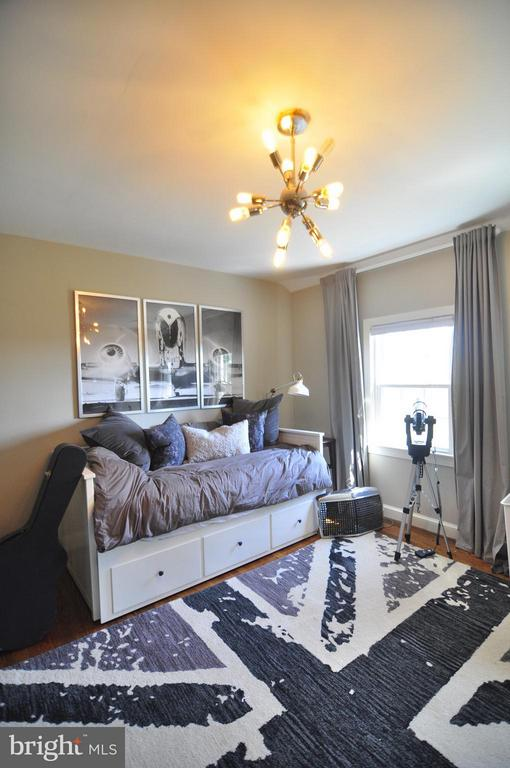 Great bedroom with great light fixture and drapes. - 50 FENWICK ST N, ARLINGTON