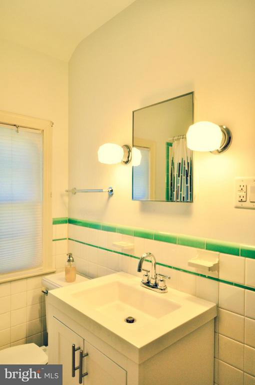 2nd upstairs bath. - 50 FENWICK ST N, ARLINGTON