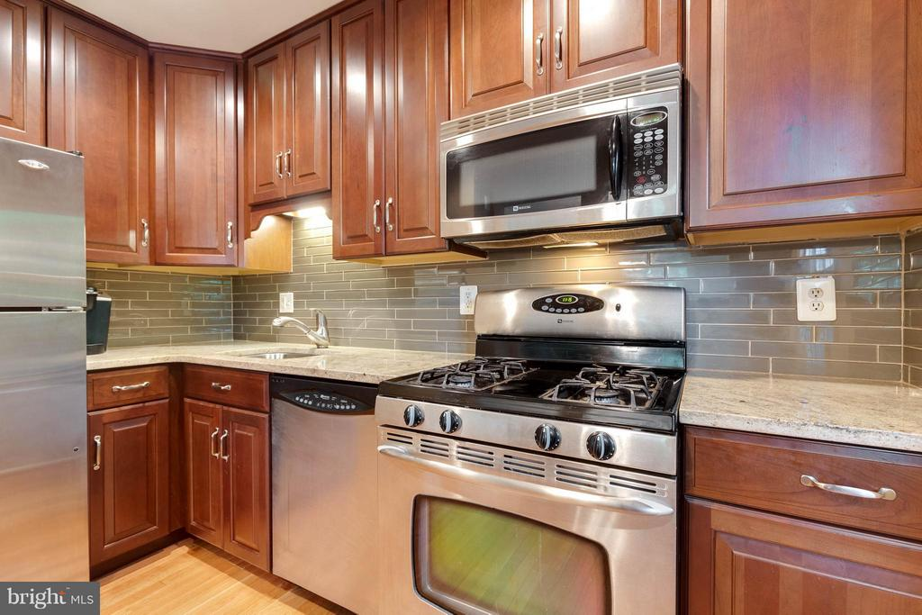 Lovely granite, tile and  stainless appliances - 9535 BURDETT RD, BURKE