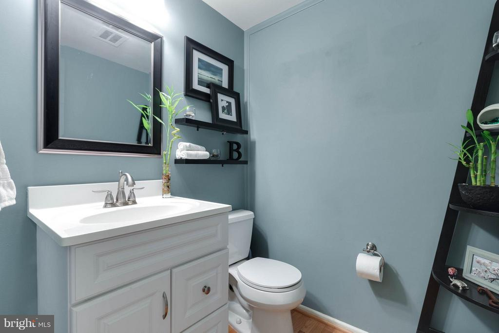 Main level half bath is so well appointed! - 9535 BURDETT RD, BURKE