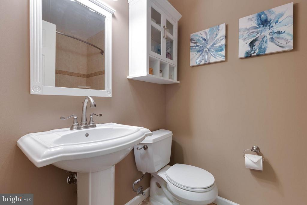 Full bath upstairs is so charmingly updated! - 9535 BURDETT RD, BURKE