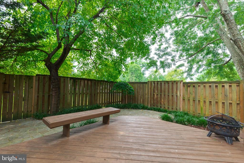 Relax, grill and enjoy nature in your private yard - 9535 BURDETT RD, BURKE