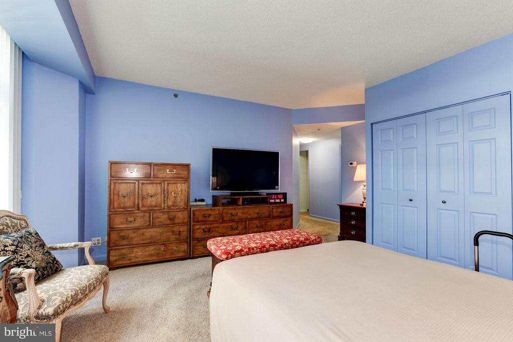 MBR W/DOUBLE  WALL CLOSETS AND A WALK-IN CLOSET - 5610 WISCONSIN AVE #406, CHEVY CHASE