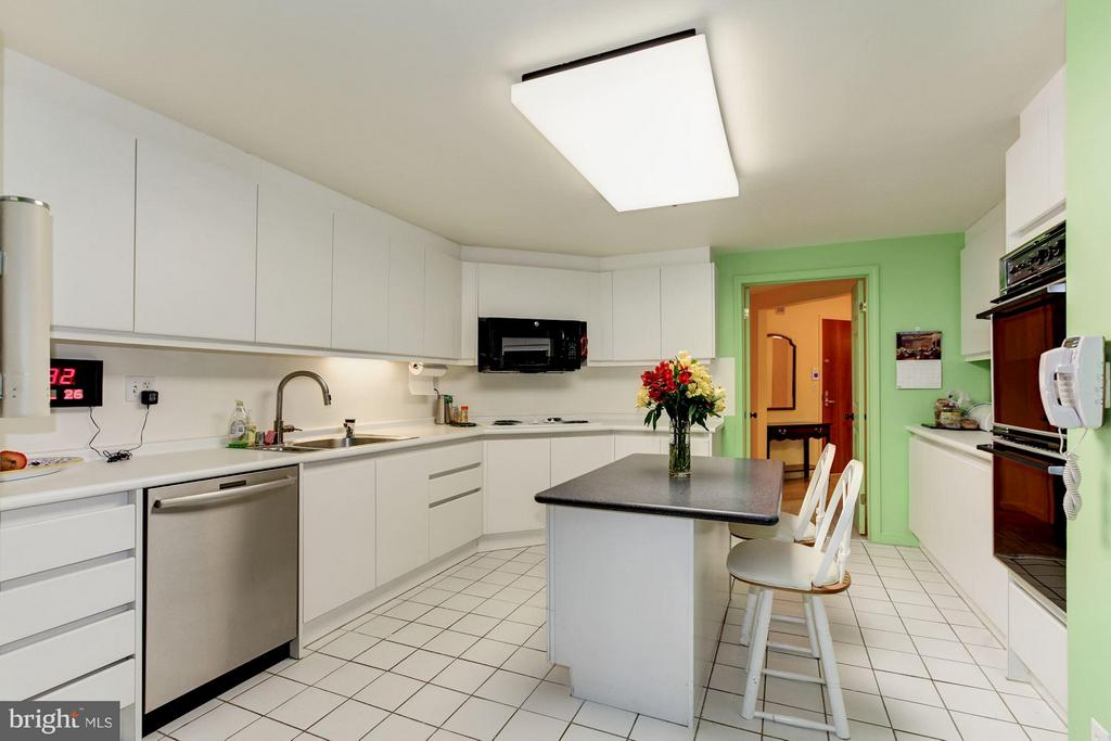 SPACIOUS KITCHEN WITH AMPLE CABINETRY - 5610 WISCONSIN AVE #406, CHEVY CHASE