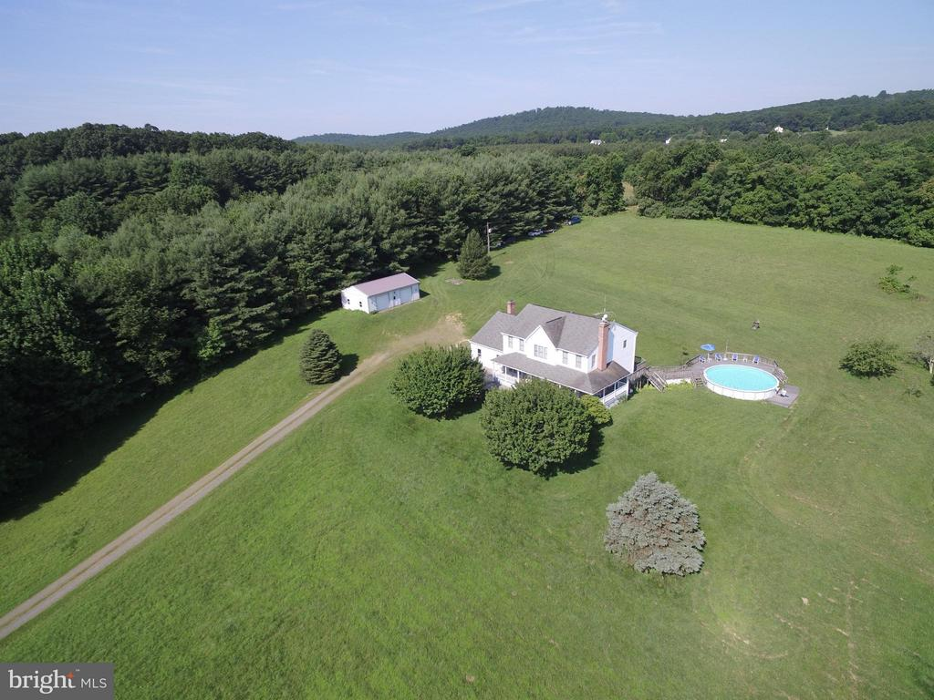 Sited beautifully on scenic and private acreage - 42064 BLACK WALNUT LN, LEESBURG