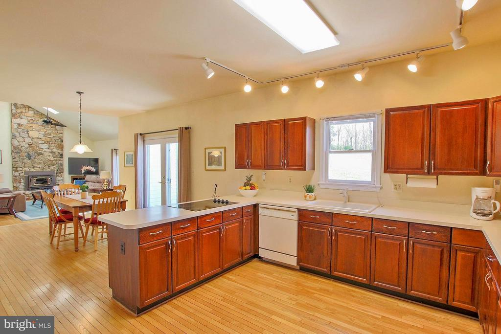 Kitchen opens to spacious, light filled family rm - 42064 BLACK WALNUT LN, LEESBURG
