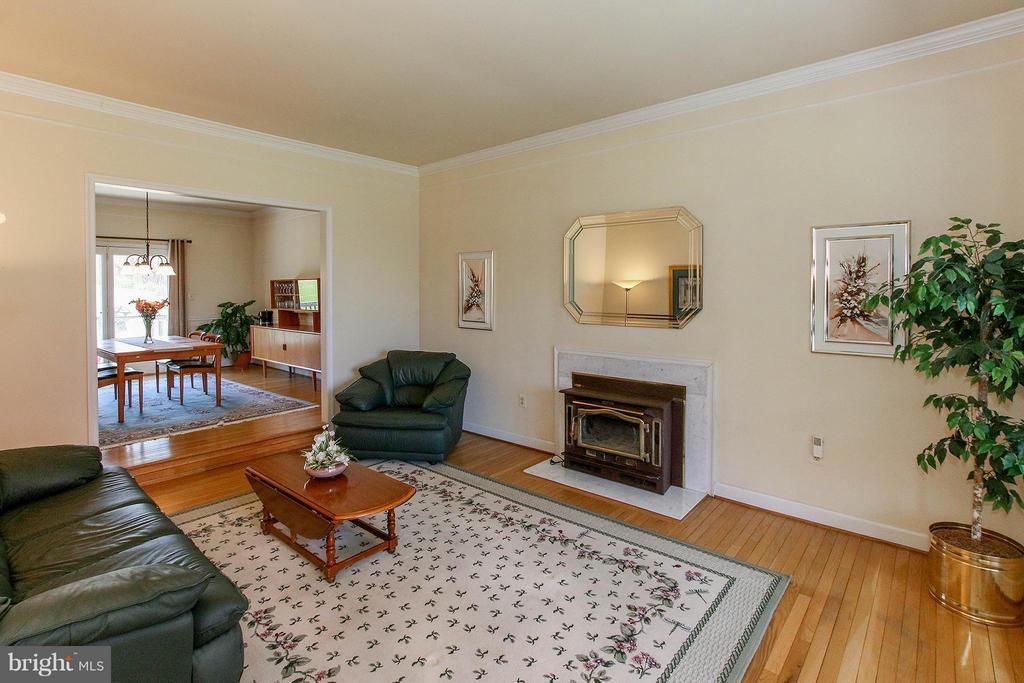 Living rm w/wood stove connects to dining room - 42064 BLACK WALNUT LN, LEESBURG