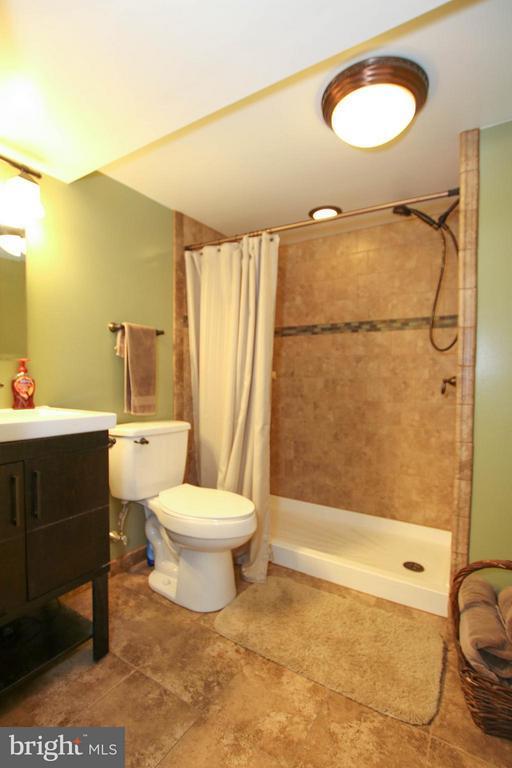 Beautifully tiled full bath - 6 D ST, BRUNSWICK