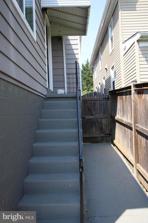 Side entry to family rm and walkway to front yard - 6 D ST, BRUNSWICK