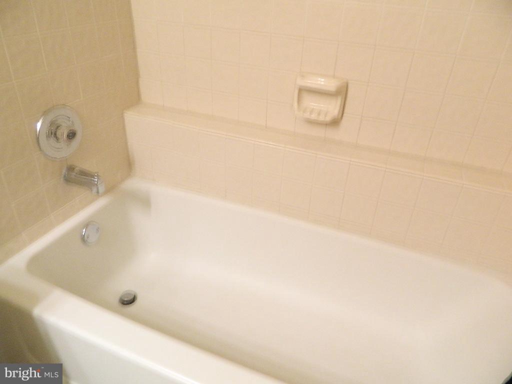 Bath (Master) - 2220 SPRINGWOOD DR #109B, RESTON