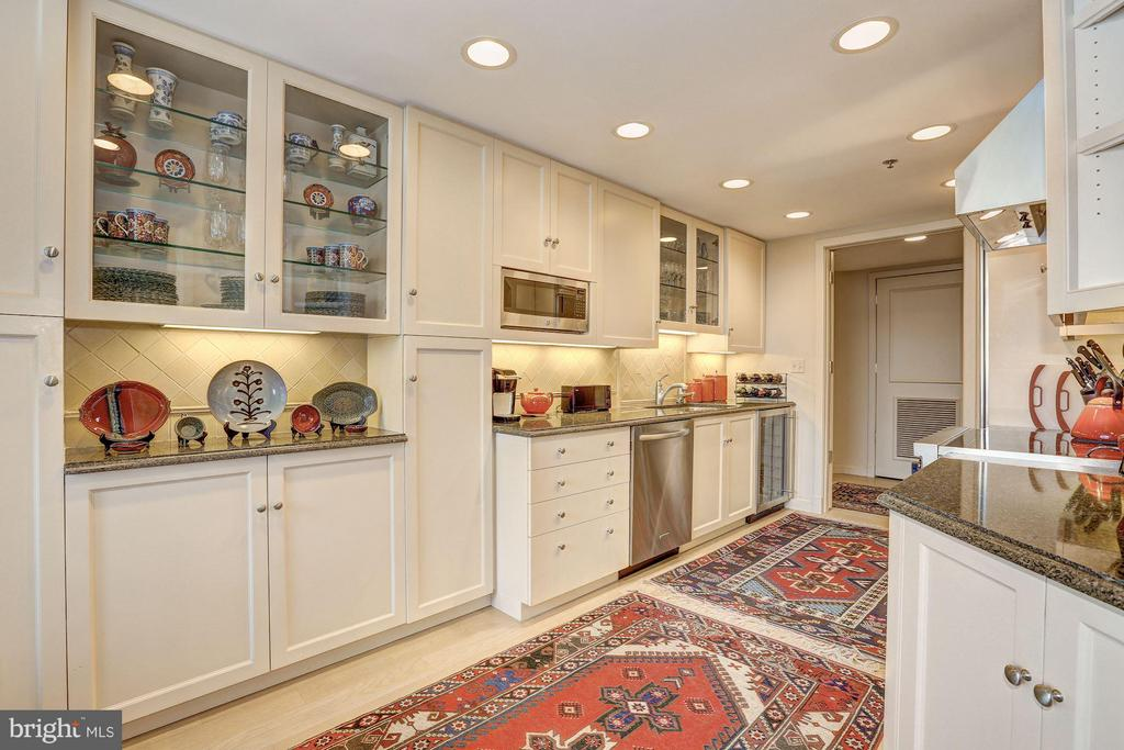 Kitchen with built-ins - 5610 WISCONSIN AVE #1606, CHEVY CHASE