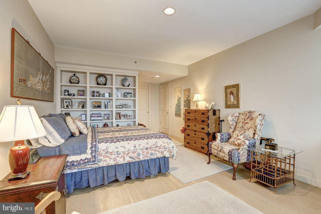 Bedroom with built-ins - 5610 WISCONSIN AVE #1606, CHEVY CHASE