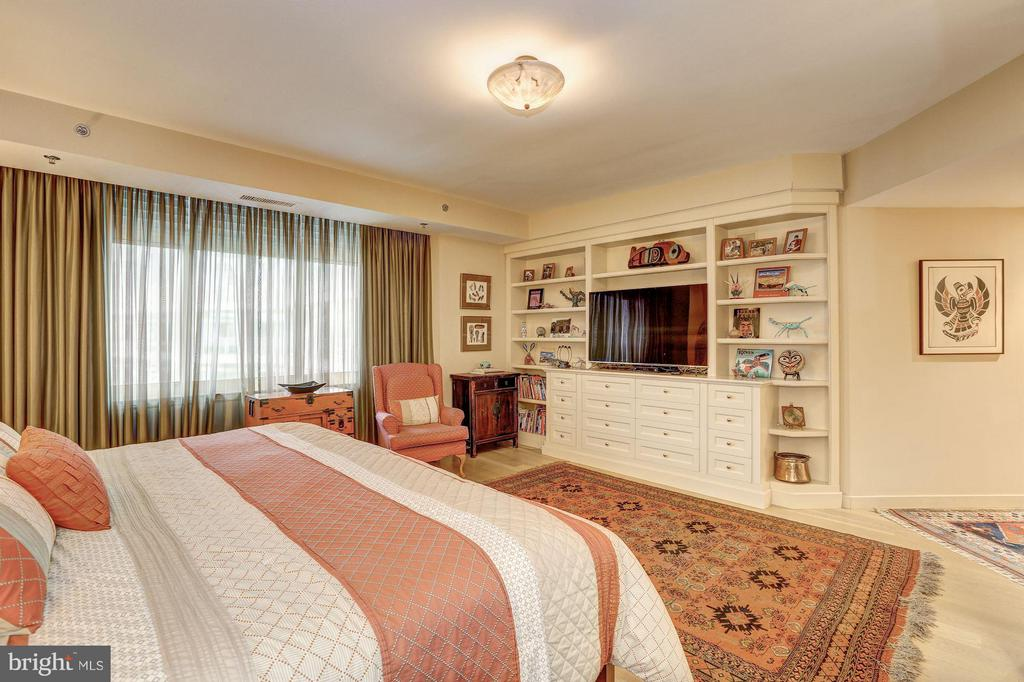Master bedroom with built-ins - 5610 WISCONSIN AVE #1606, CHEVY CHASE