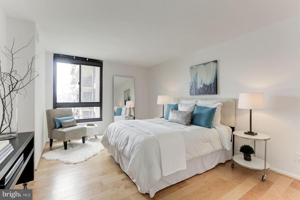 Master Bedroom w/Walk-in Closet - 1800 OLD MEADOW RD #915, MCLEAN