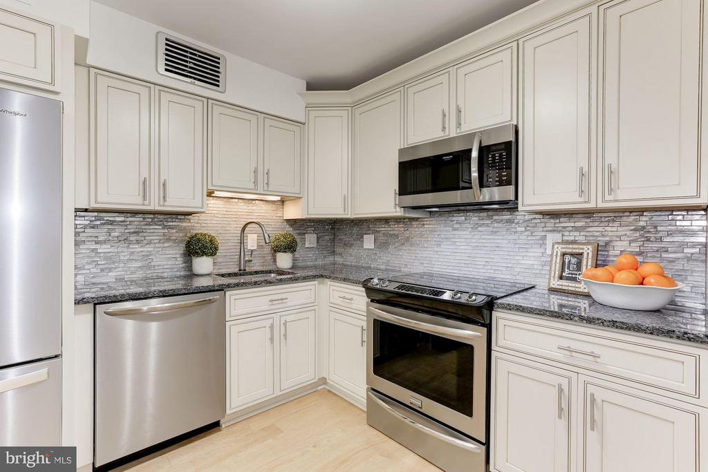 New appliances, counters, glass back splash - 1800 OLD MEADOW RD #915, MCLEAN