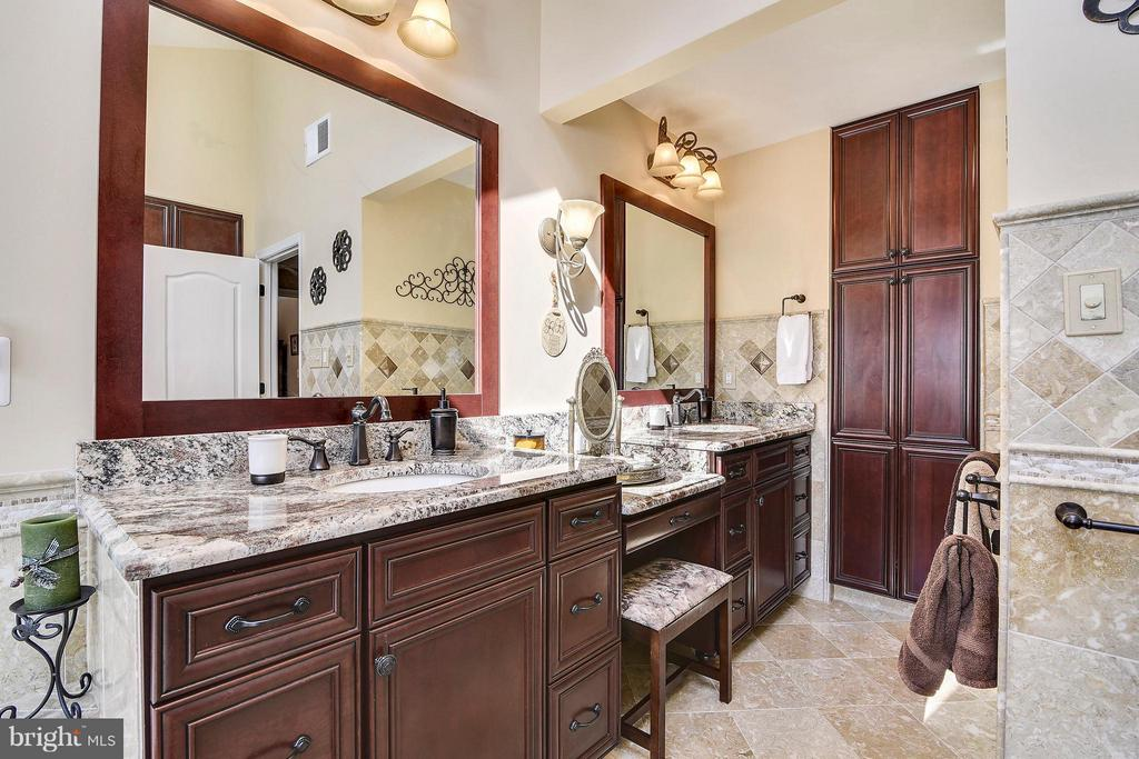 Dual Vanity & Tons of Storage - 21303 WINDRUSH CT, STERLING