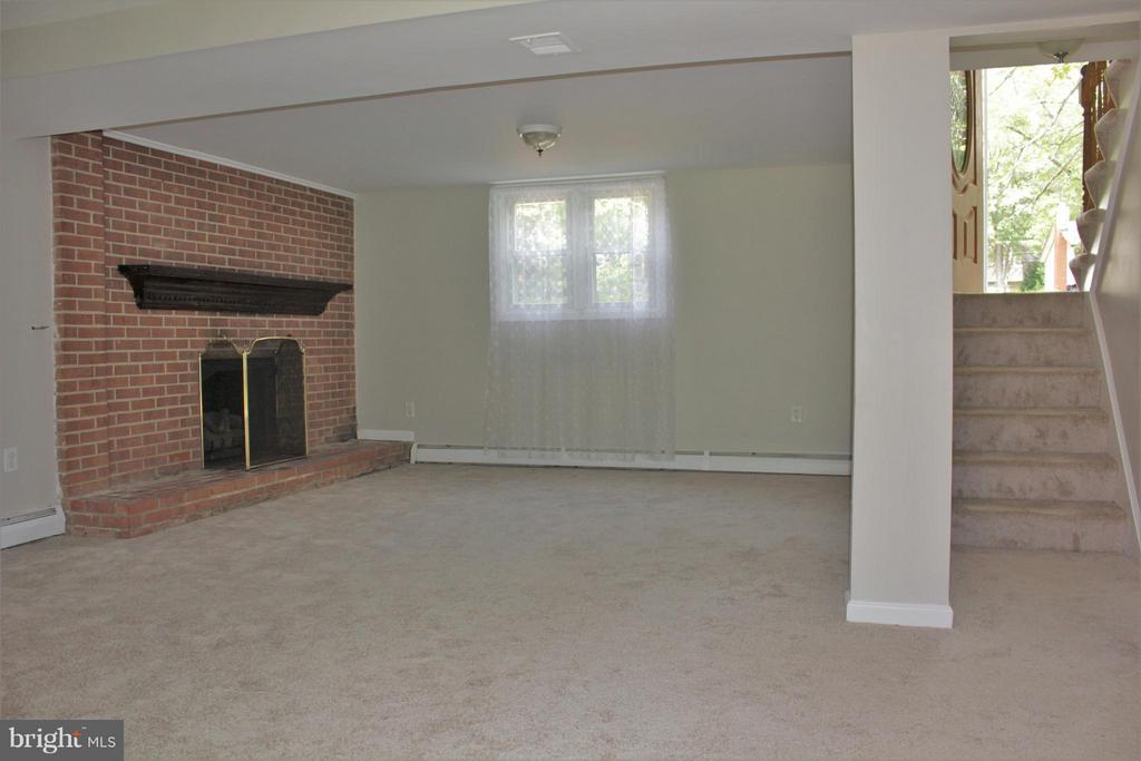 Family room with Gas fireplace on lower level - 4829 KEMPAIR DR, WOODBRIDGE