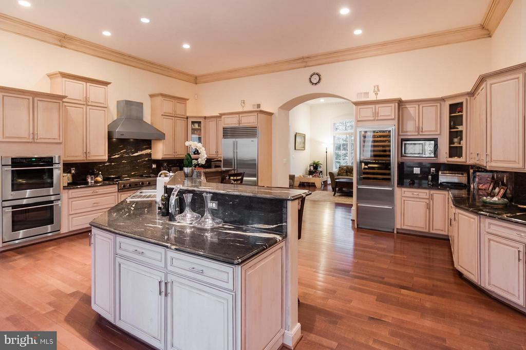 Gourmet Kitchen with Vicking top and Sub zero eqip - 1347 KIRBY RD, MCLEAN