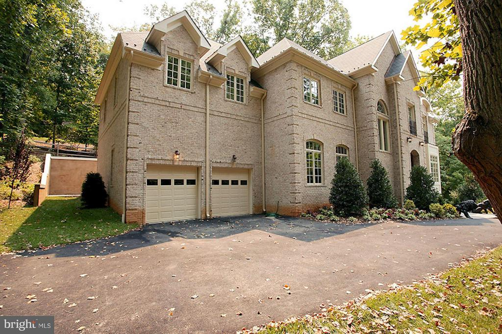 Two car garage - 1347 KIRBY RD, MCLEAN