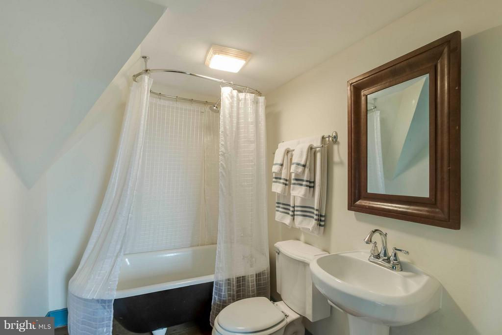 Upstairs full bath for green & blue bedrooms - 15826 OLD WATERFORD RD, PAEONIAN SPRINGS