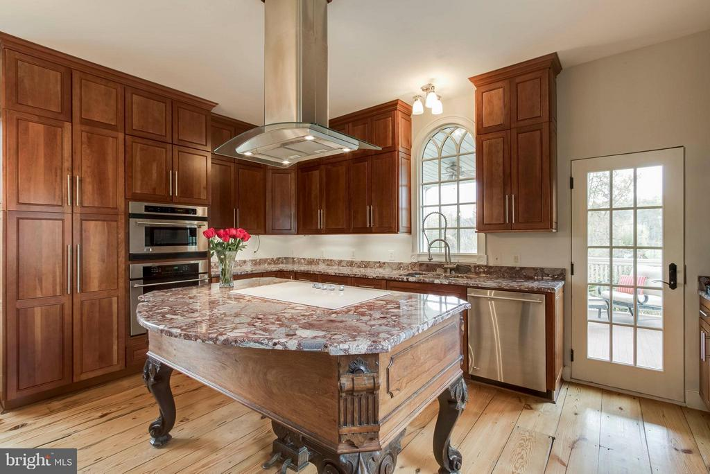 Piano base serves as working area in kitchen - 15826 OLD WATERFORD RD, PAEONIAN SPRINGS