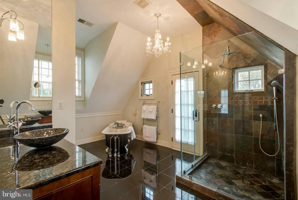 Upstairs MBR bath w/soaking tub - 15826 OLD WATERFORD RD, PAEONIAN SPRINGS