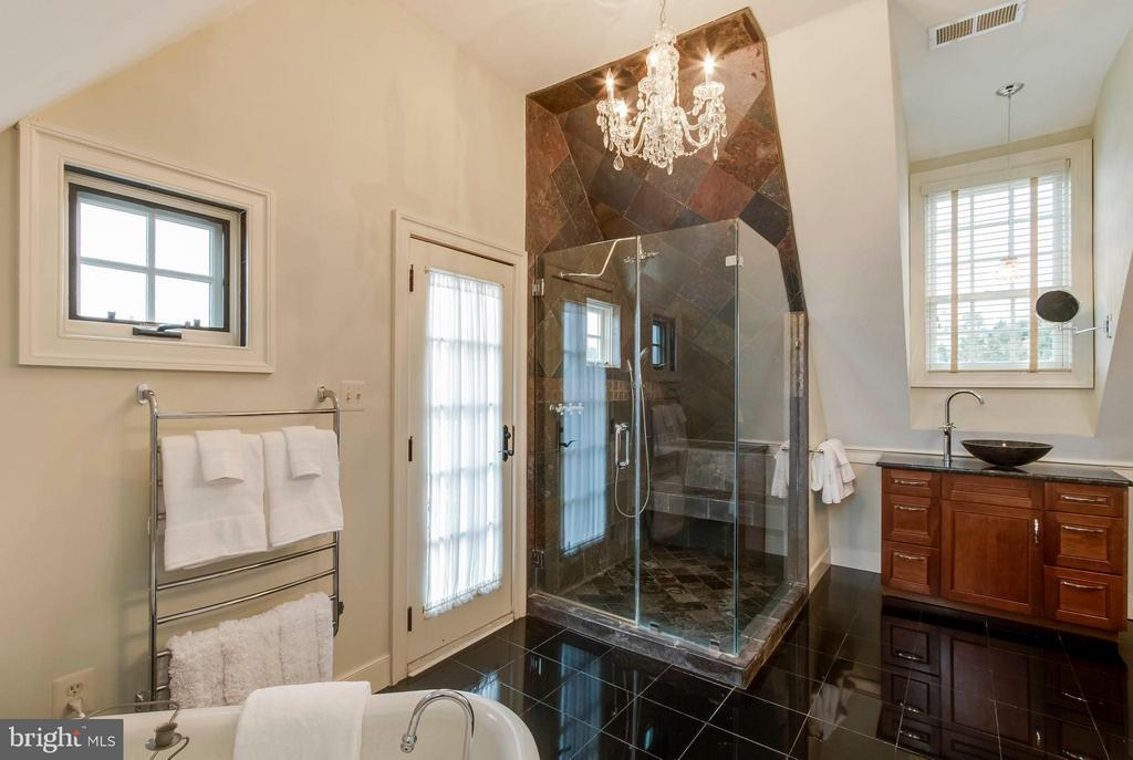 Upstairs MBR bath w/glass framed shower - 15826 OLD WATERFORD RD, PAEONIAN SPRINGS