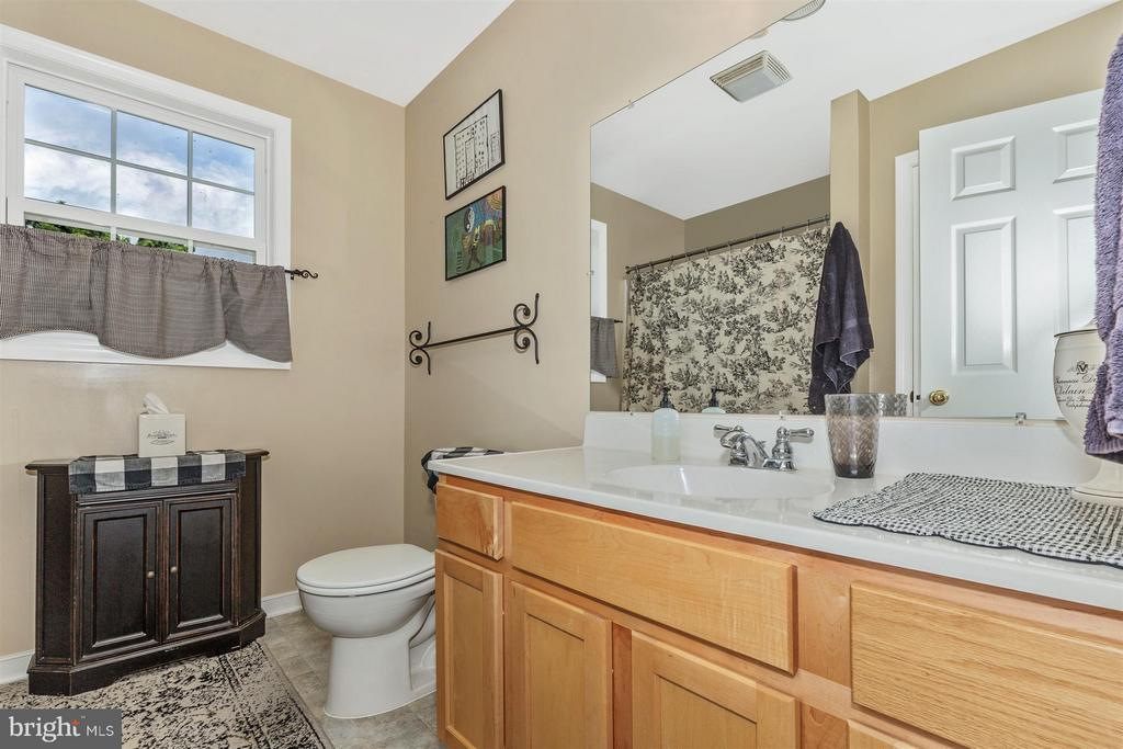 Hall Bath - 4158 SOUTHBEND LN, SHARPSBURG