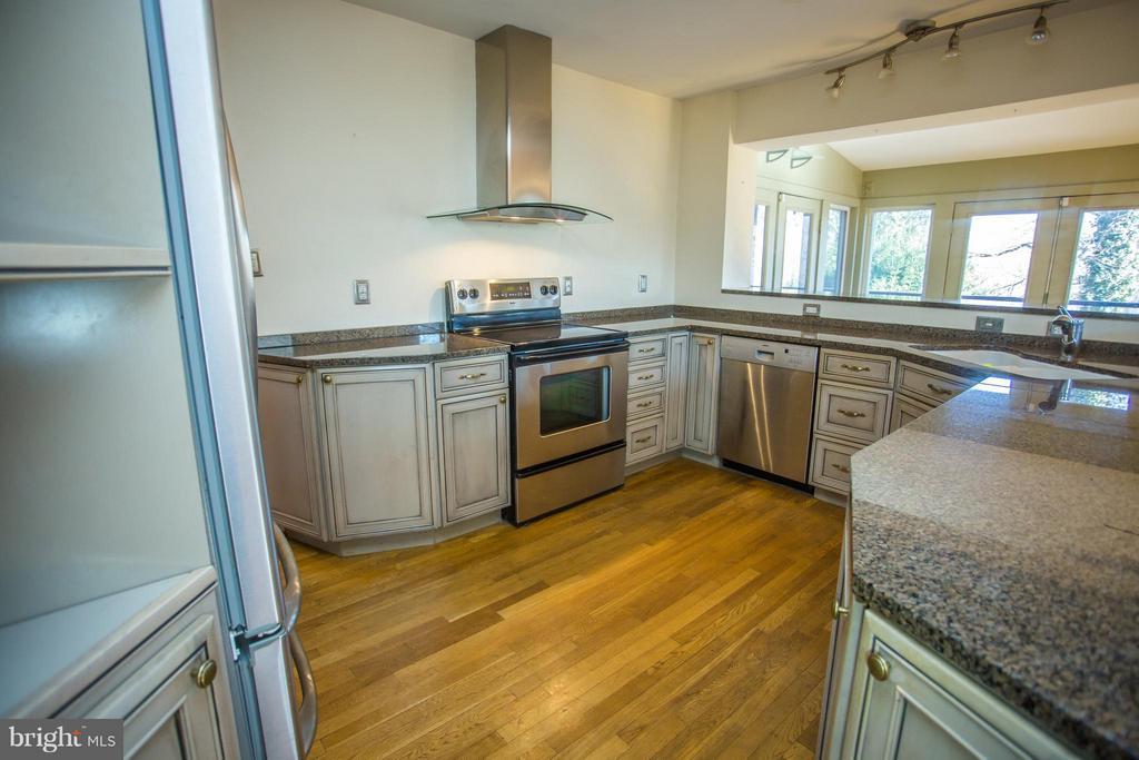 Gourmet chef's kitchen - 7019 31ST ST NW, WASHINGTON