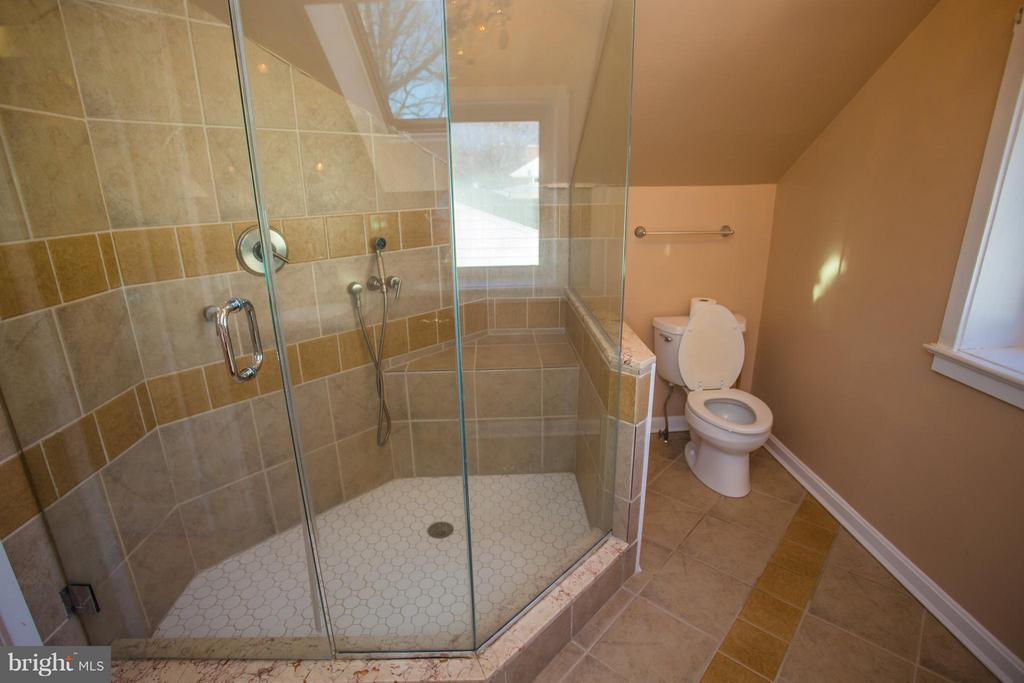 Luxury shower in MBA with seat - 7019 31ST ST NW, WASHINGTON