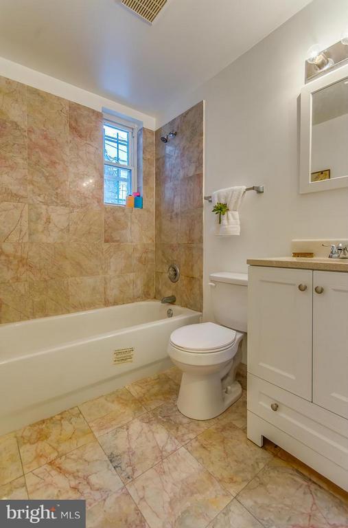 Bath - 4929 FOOTE ST NE #1, WASHINGTON