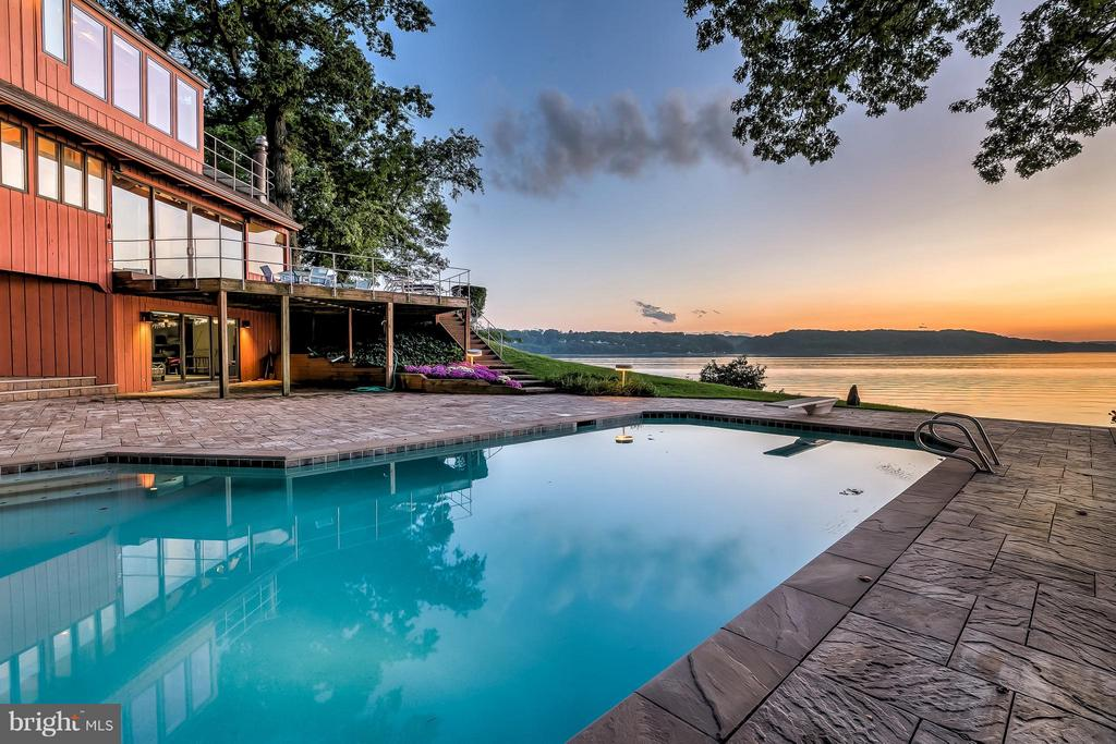 Amazing waterfront pool - 312 RUGBY COVE RD, ARNOLD