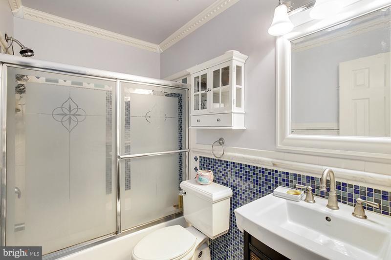 Upstairs hall bath - 6093 DEER RIDGE TRL, SPRINGFIELD