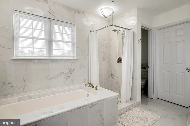 Second Master Bath - 6093 DEER RIDGE TRL, SPRINGFIELD