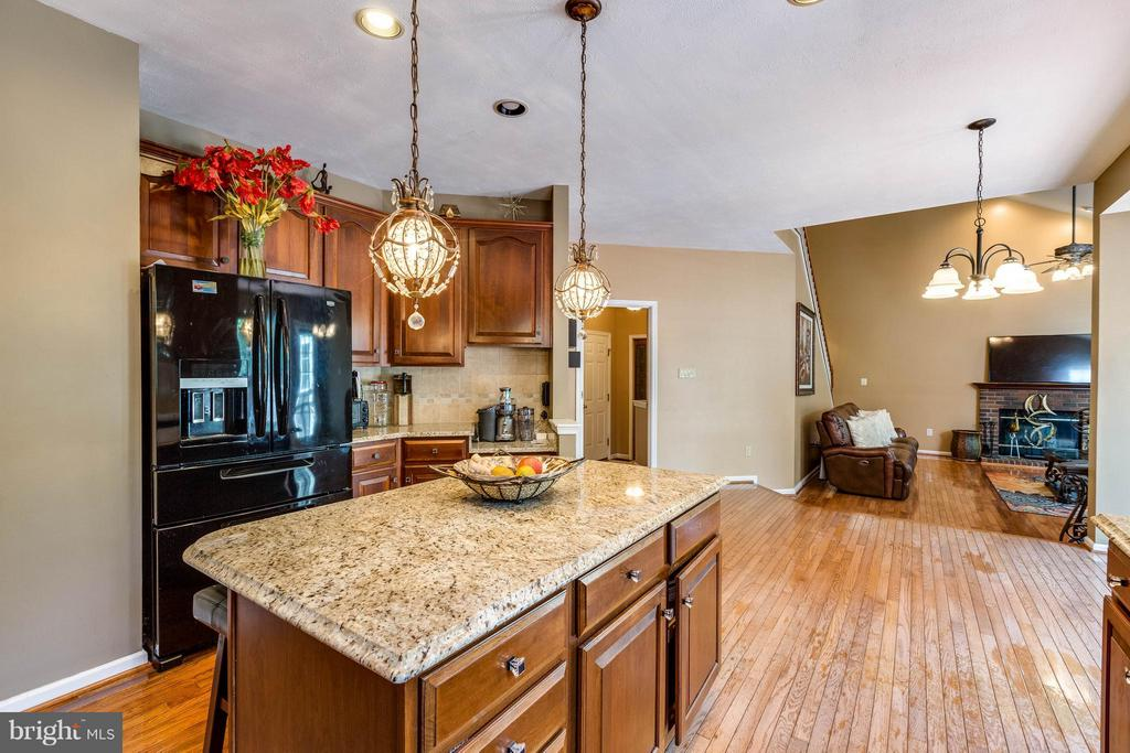 Kitchen w/ granite and hardwood floors - 1801 DERRS CT, FREDERICK