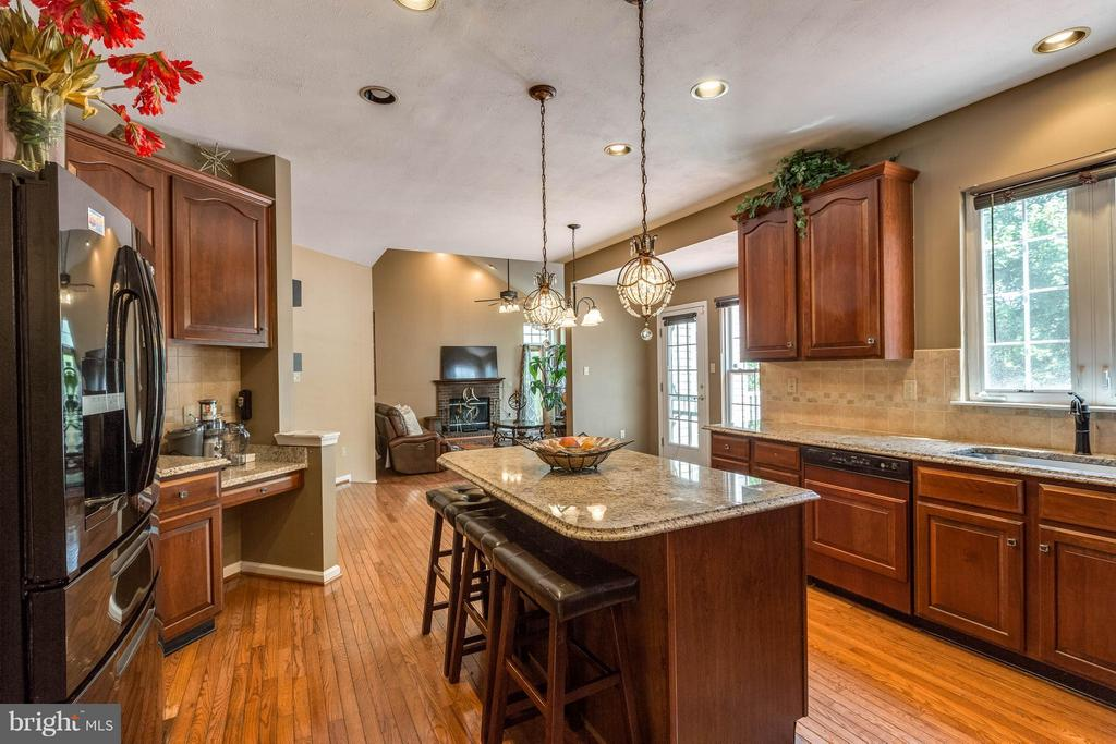 Kitchen w/ built in desk - 1801 DERRS CT, FREDERICK
