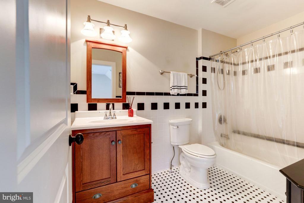 Full bathroom 3 - 10711 EASTERDAY RD, MYERSVILLE