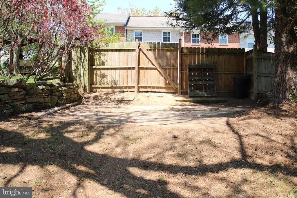 Additional Space Outside of Rear Gate - 76 BOILEAU CT, MIDDLETOWN