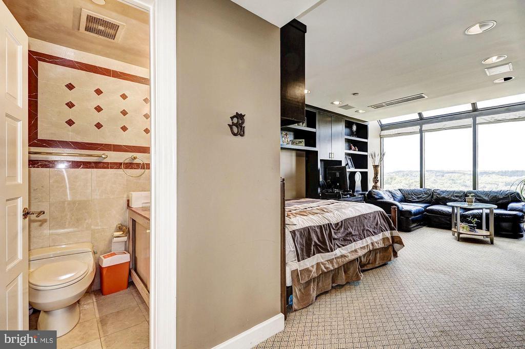 Bedroom & full bathroom~# 2 - 1530 KEY BLVD #1324, ARLINGTON