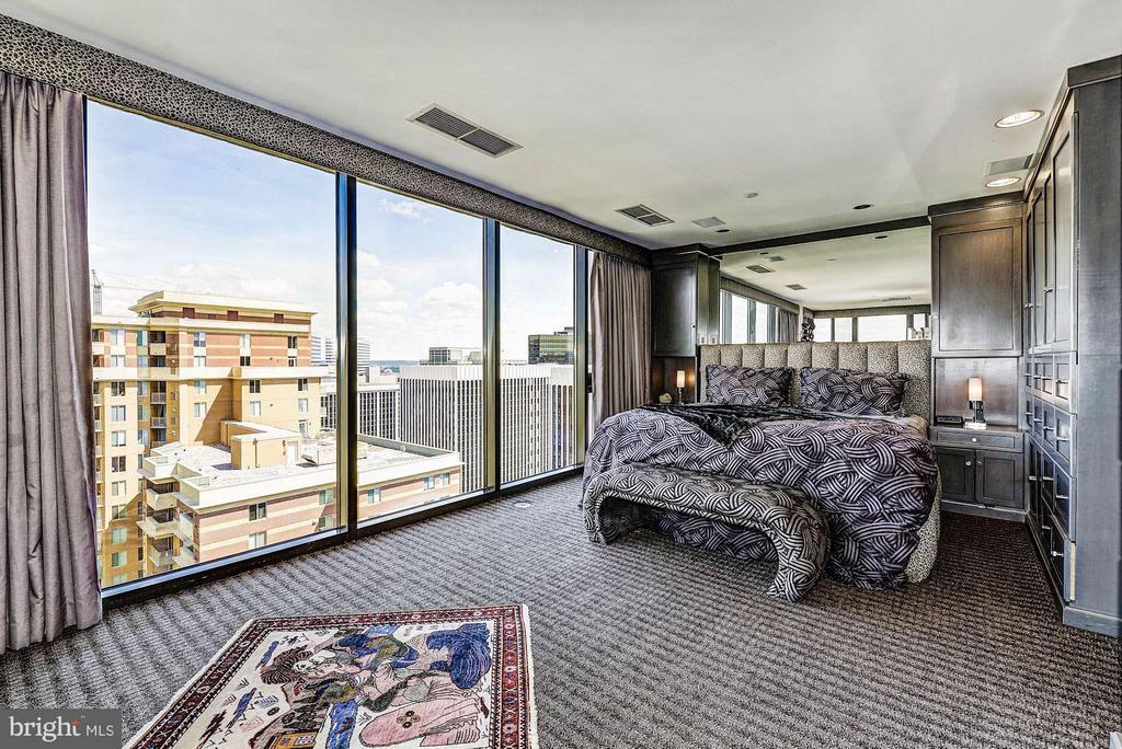 Bedroom (Master) 1 of 2 - 1530 KEY BLVD #1324, ARLINGTON