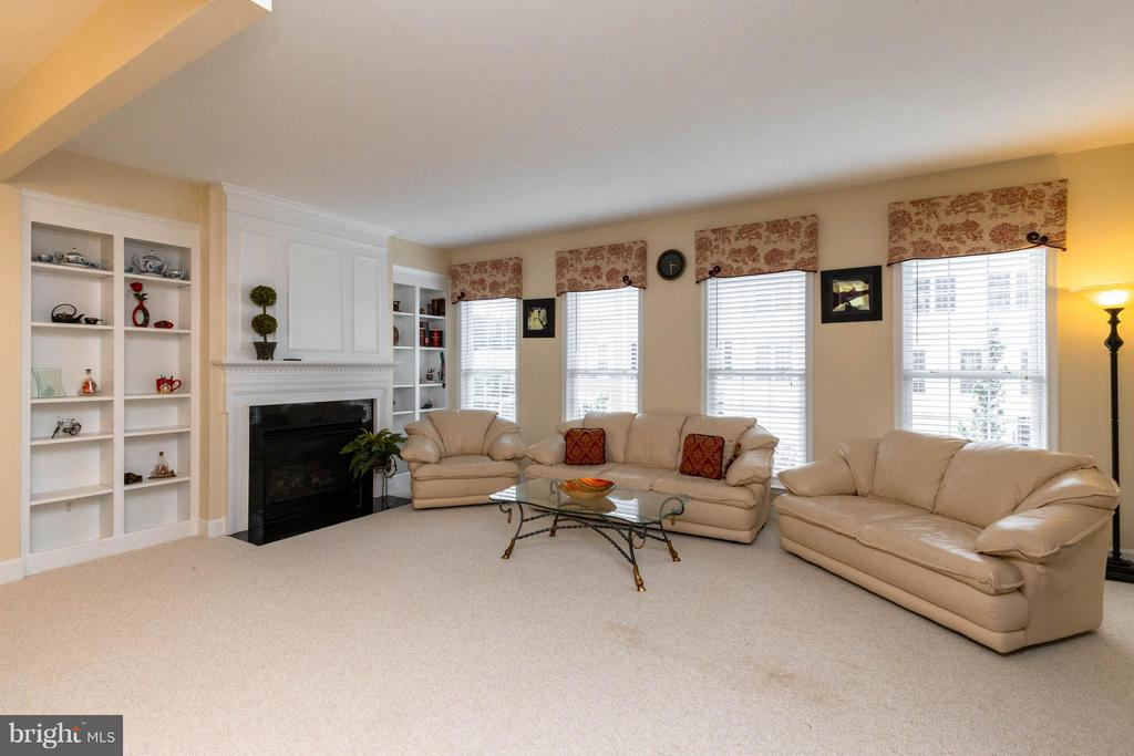 Cozy gas fireplace and built-ins - 2373 BROOKMOOR LN, WOODBRIDGE