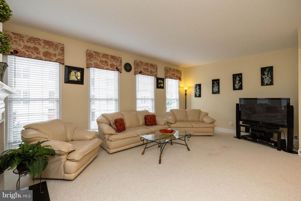 Open family room with XL windows - 2373 BROOKMOOR LN, WOODBRIDGE