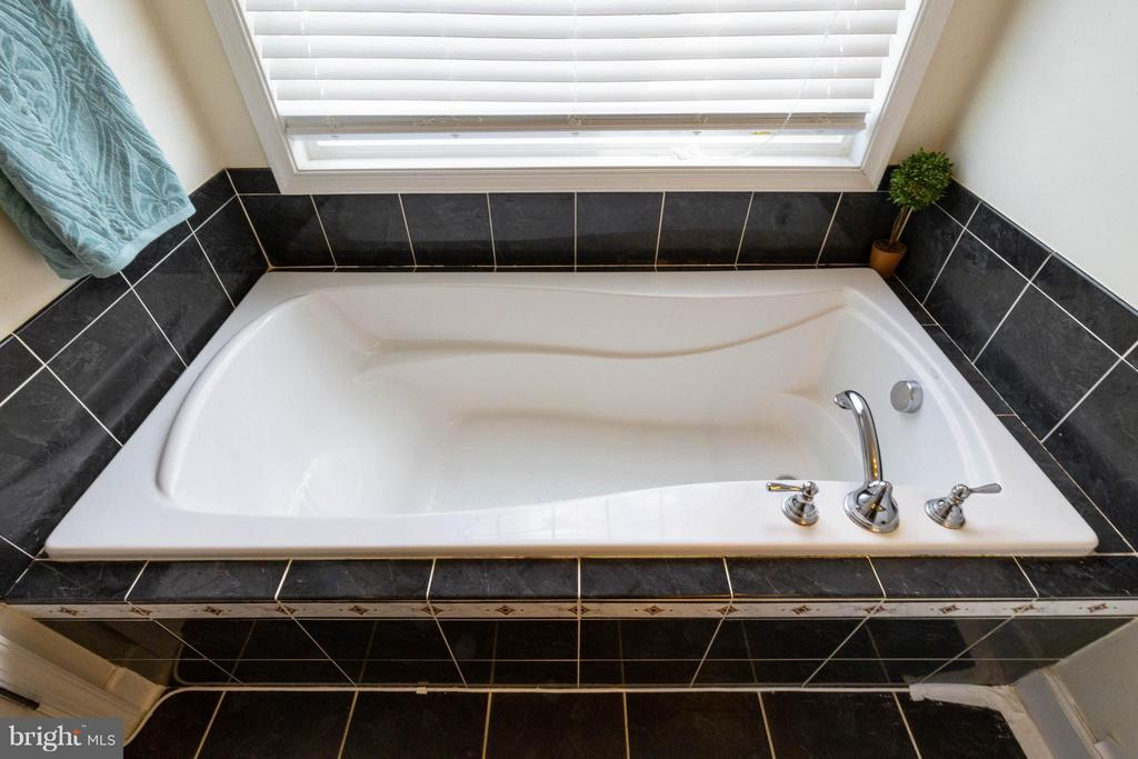 Lovely soaking tub in master bath w/ upgraded tile - 2373 BROOKMOOR LN, WOODBRIDGE